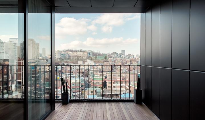 호텔에서 보이는 상도동의 풍경과 깔끔한 9층 프런트 모습 ©핸드픽트 호텔 서울
