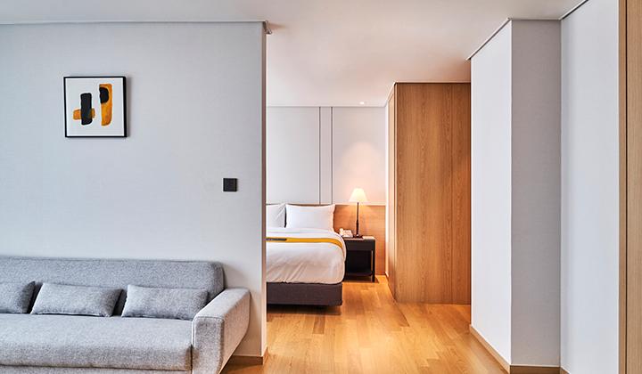 감각적인 디자인으로 채운 체이슨 호텔의 스위트룸과 트윈룸