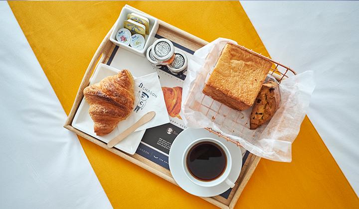 서귀포 인기 베이커리 <봉주르 마담>에서 매일 아침 구운 따끈한 빵을 조식으로 제공한다