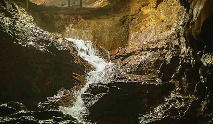 삼척에는 80개가 넘는 동굴이 있는데, 환선굴은 동양에서 가장 큰 석회암 동굴이다