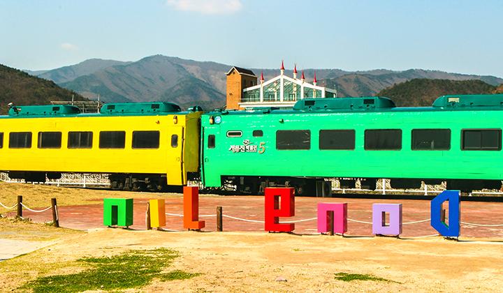 모래시계 옆 낡은 기관차는 시간에 관한 모든 것을 전시해놓은 시간박물관이다.