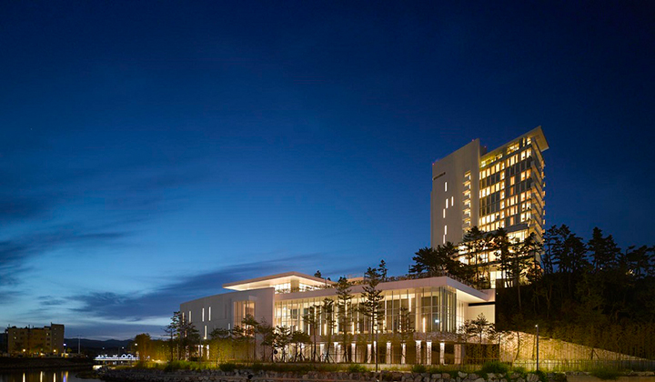 동해바다를 배경으로 우뚝 서있는 강릉 씨마크호텔