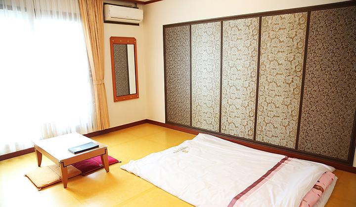 호텔 2층에 위치한 고풍스러운 한실 객실