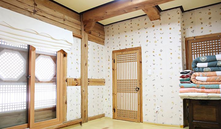 넓은 거실과 아늑한 황토방이 매력적인 고향의 봄 객실