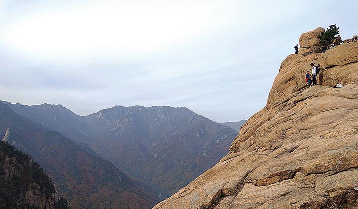 권금성은 단단하고 묵직한 느낌의 바위 봉우리다