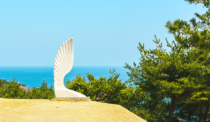 조각공원에는 바다를 배경으로 아름다운 조각품들이 전시돼있다