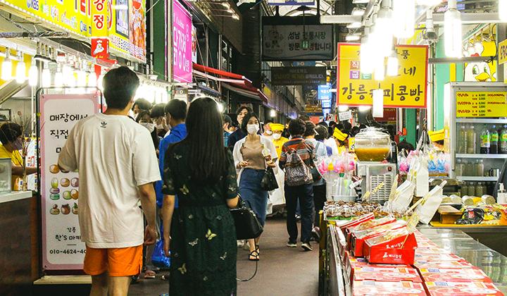 중앙시장은 입구부터 다양한 먹거리로 방문객들을 설레게 한다