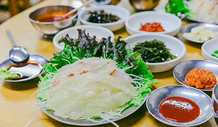 자갈치 시장 주변으로 다양한 식당이 있는데, 부산명물횟집의 회백밥도 대표적인 먹거리다