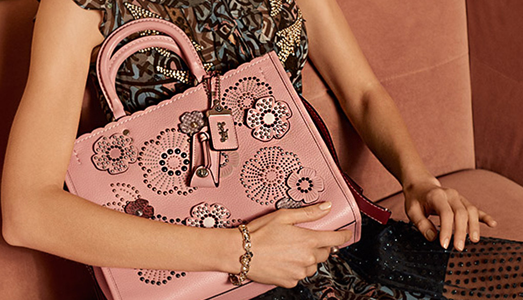 코치 핑크색 꽃무늬 스터드 가방 사진