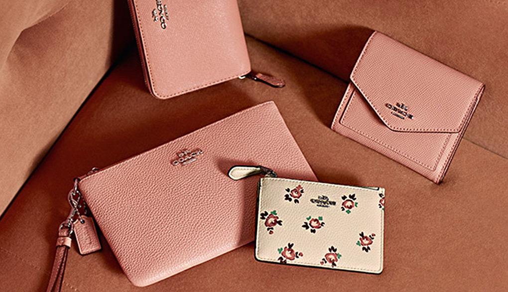 코치 분홍색 지갑과 꽃무늬 지갑 사진