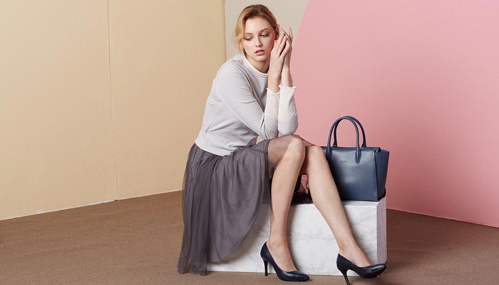 금강제화 여성 모델  구두 착용 사진
