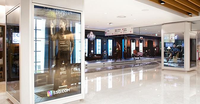 스타필드 코엑스몰 실내 기둥에 설치된 SSG.COM 모델 공유 포스터