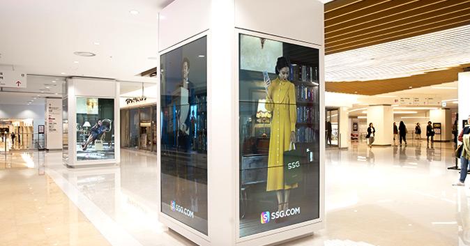 스타필드 코엑스몰 실내 기둥에 설치된 SSG.COM 모델 공유,공효진 포스터